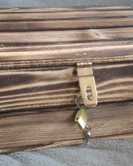 Dřevěná dárková bedýnka se zámkem na klíč 40 x 30 x 13 cm